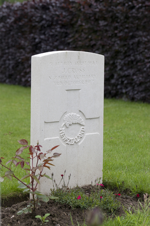 Headstone of Warrant Officer Class 2 John Cross (2/817). Oxford Road Cemetery, Ieper, West-Vlaanderen, Belgium. New Zealand War Graves Trust (BEDE0678). CC BY-NC-ND 4.0.