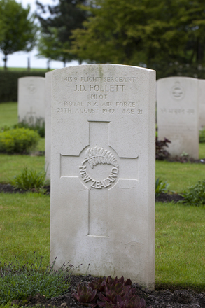Headstone of Flight Sergeant James Douglas Follett (41319). Heverlee War Cemetery, Leuven, Vlaams-Brabant, Belgium. New Zealand War Graves Trust (BEBR8289). CC BY-NC-ND 4.0.