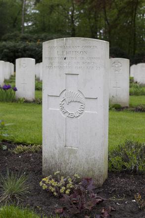 Headstone of Warrant Officer Leslie James Hutson (41590). Leopoldsburg War Cemetery, Leopoldsburg, Limburg, Belgium. New Zealand War Graves Trust (BECH8306). CC BY-NC-ND 4.0.
