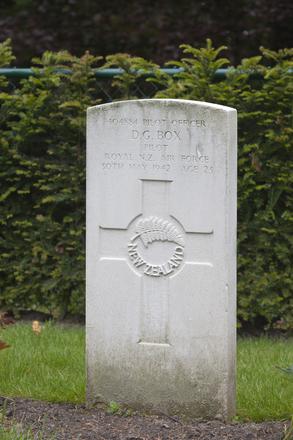 Headstone of Pilot Officer Denis Grant Box (404884). Schoonselhof Cemetery, Antwerp, Belgium. New Zealand War Graves Trust (BEDV9442). CC BY-NC-ND 4.0.