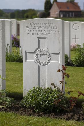 Headstone of Lance Corporal Walter Eric Dowden (13/3019). Dochy Farm New British Cemetery, Langemark-Poelkapelle, West-Vlaanderen, Belgium. New Zealand War Graves Trust (BEBB9043). CC BY-NC-ND 4.0.