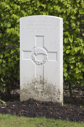 Headstone of Private Thomas Donnan (14080). Strand Military Cemetery, Comines-Warneton, Hainaut, Belgium. New Zealand War Graves Trust (BEEB7253). CC BY-NC-ND 4.0.