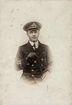 Portrait of Sub Lieutenant Louis Jenkinson, Royal Naval Volunteer Reserve, taken by Louie De Barron, Southampton, 1914. Auckland Libraries Heritage Collections, B0469. Image has no known copyright restrictions.