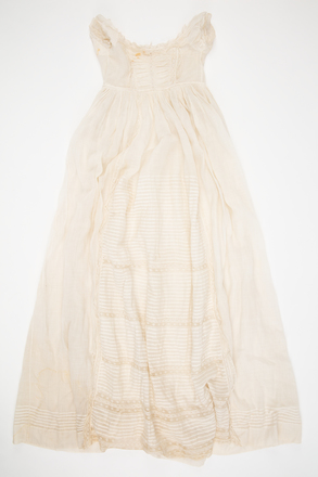 gown, christening, 1967.19, col.1387, © Auckland Museum CC BY