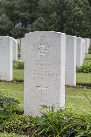 Headstone of Sergeant Ivor Morrison Brown (965683). Calais Canadian War Cemetery, Leubringhen, France. New Zealand War Graves Trust (FRDH3827). CC BY-NC-ND 4.0.