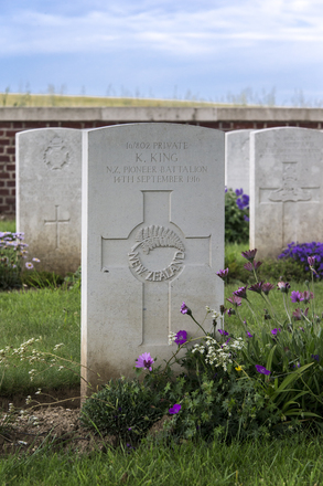 Headstone of Private Kohi King (16/802). Dantzig Alley British Cemetery, France. New Zealand War Graves Trust (FREW3025). CC BY-NC-ND 4.0.