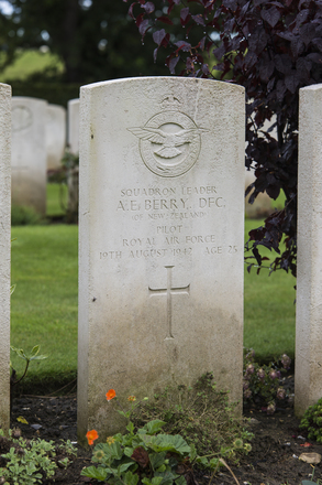 Headstone of Squadron Leader Alex Edward Berry (43023). Dieppe Canadian War Cemetery, Hautot-Sur-Mer, France. New Zealand War Graves Trust (FRFC8220). CC BY-NC-ND 4.0.