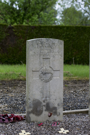 Headstone of Sergeant Leo Daniel Enright (405264). Jussecourt-Minecourt Churchyard, France. New Zealand War Graves Trust (FRIV3151). CC BY-NC-ND 4.0.