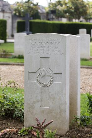 Headstone of Flight Sergeant Robert Ashworth Crawshaw (417270). Le Mans West Cemetery, France. New Zealand War Graves Trust (FRJI7315). CC BY-NC-ND 4.0.