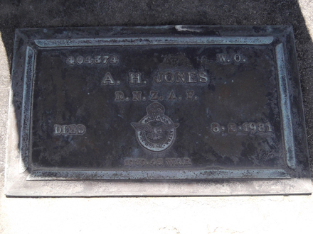 Headstone of WO Albert Hector JONES 404374. Andersons Bay RSA Cemetery, Dunedin City Council, Block 5A, Plot 34. Image kindly provided by Allan Steel CC-BY 4.0.