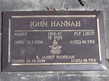 Headstone of Fl Lieut John HANNAH 422657. Greenpark RSA Cemetery, Dunedin City Council, Block 1A, Plot 264. Image kindly provided by Allan Steel CC-BY 4.0.