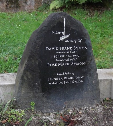 Headstone of Lieut David Frank SYMON 241499. Warrington, St Barnabas, Block 729. Image kindly provided by Allan Steel CC-BY 4.0.