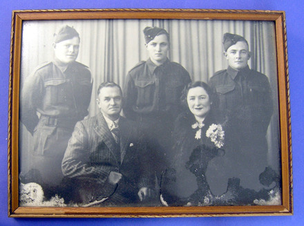 photograph of Turner family; Pte R Turner, 21 Bn, 2NZEF, WW2 [2007.10.20]