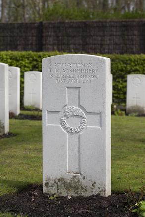 Headstone of Rifleman Thomas Lewis Alfred Shepherd (27116). Strand Military Cemetery, Comines-Warneton, Hainaut, Belgium. New Zealand War Graves Trust (BEEB7212). CC BY-NC-ND 4.0.